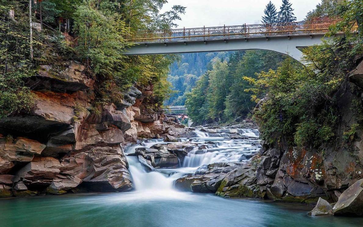 Водоспади, скелі та старовинні храми: чим приваблює Яремче
